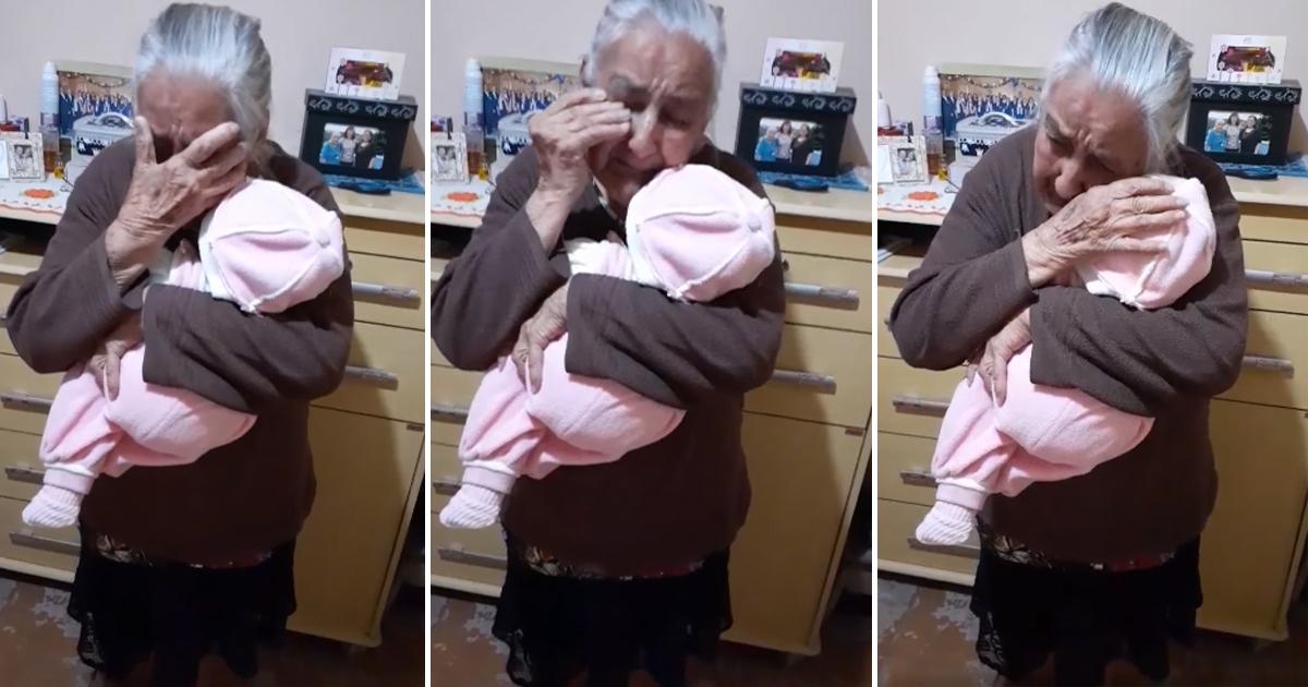 Idosa chora ao ganhar boneca da filha e vídeo emocionante viraliza na web 1