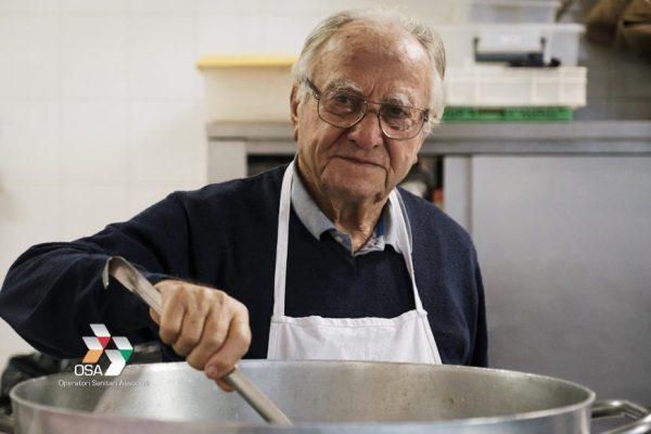 """""""Chef dos Pobres"""": vovô de 90 anos cozinha todos os dias para pessoas em situação de rua, em Roma 3"""