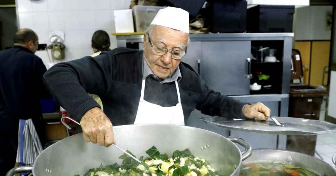 idoso cozinha para os pobres