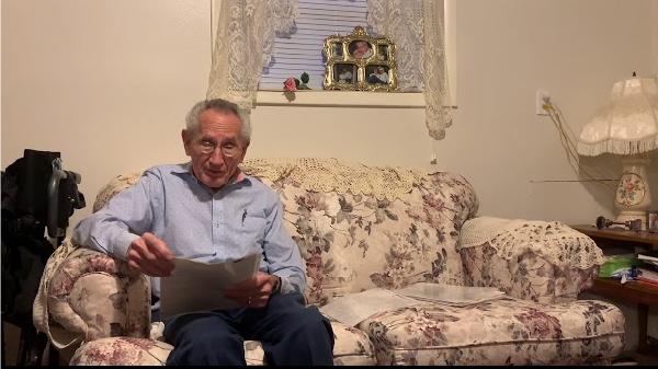 idoso recita poema para esposa