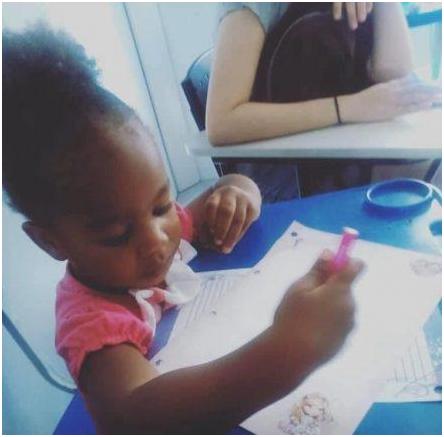 criança negra desenhando