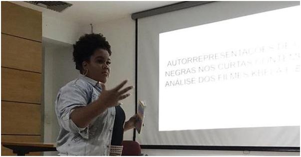 mulher negra apresentando trabalho