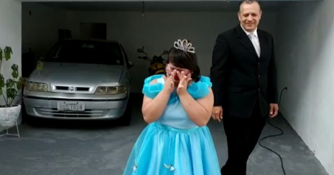 Menina com síndrome de down ganha festa surpresa de 15 anos e se emociona 5