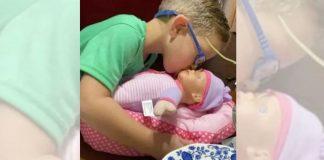 menino pede boneca presente mae