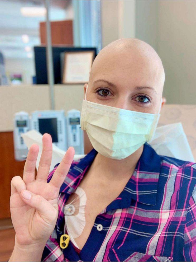 Mulher doa peruca do próprio cabelo para amiga com câncer e sua reação emociona [VÍDEO] 2