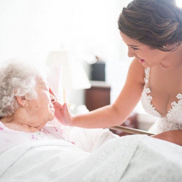 jovem vai de vestido de noiva visitar a avó