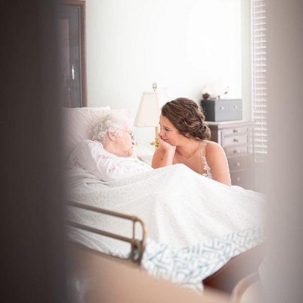 noiva vai de vestido de noiva visitar a avó