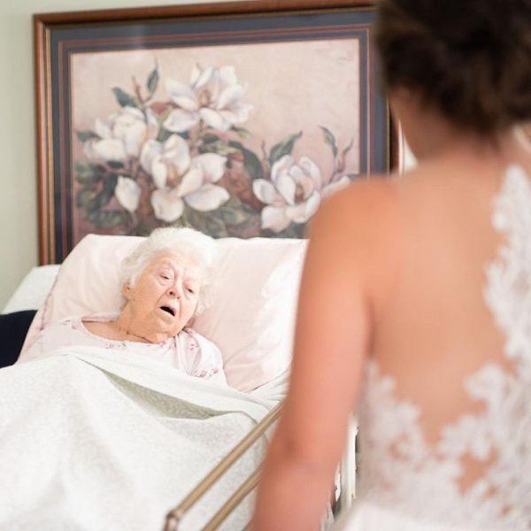 noiva mostra vestido para avó