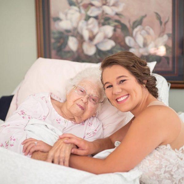 noiva visita a avó doenta para mostrar seu vestido