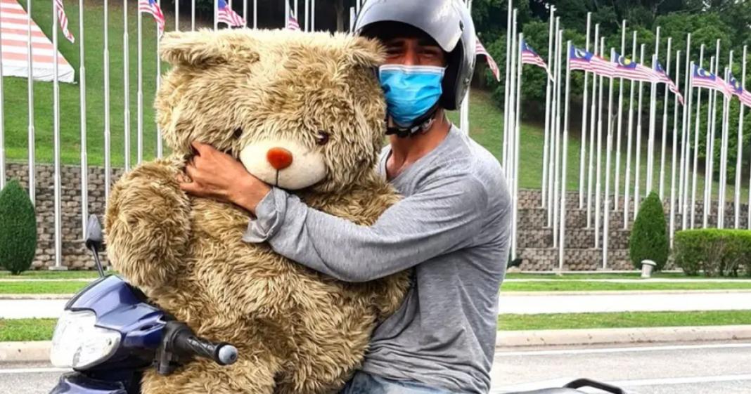 homem acha urso de pelúcia no lixo para filha