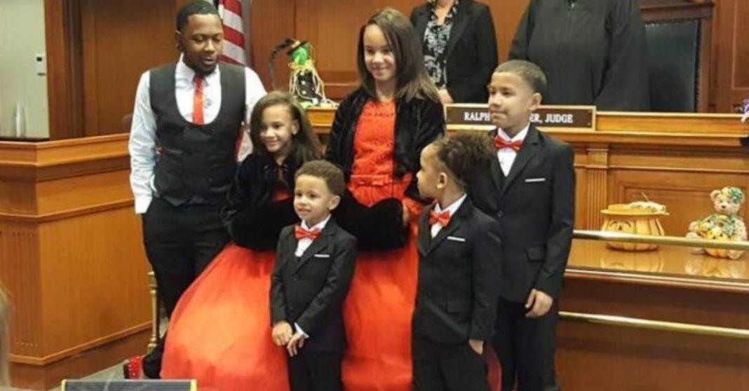Pai solteiro que cresceu em abrigo adota 5 irmãos para evitar que fiquem separados, como ele foi na infância 2