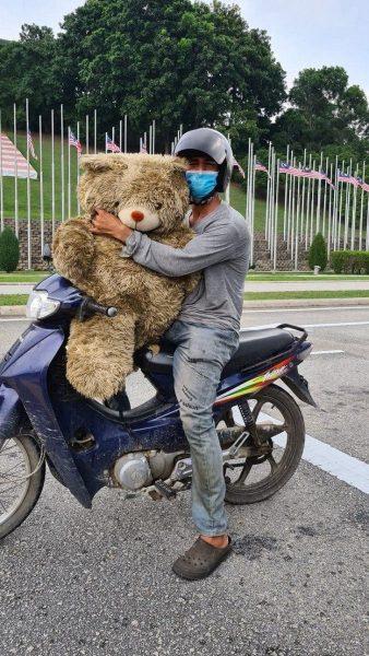 pai encontra urso no lixo