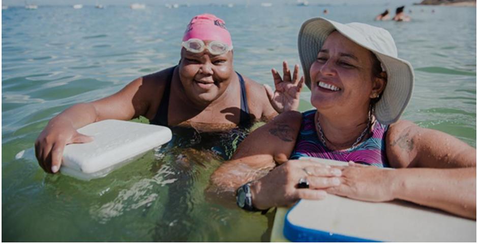 """Professora ajuda comunidade com aulas gratuitas de natação para quem não pode pagar: """"colocou a touca, somos todos iguais"""" 6"""