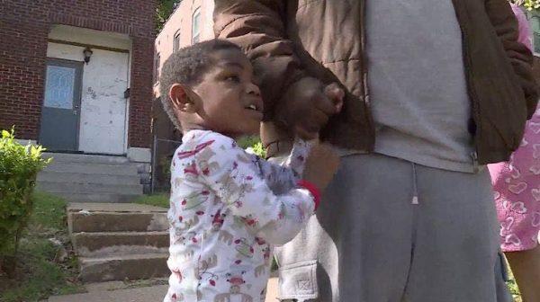 garotinho perdido encontra pai