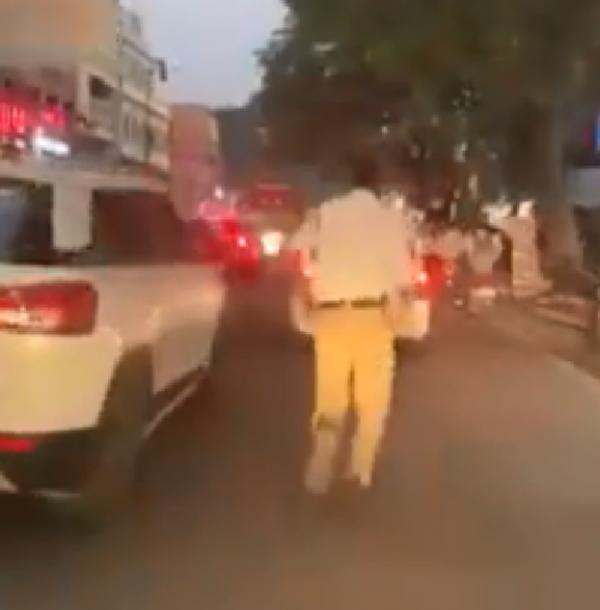 policial ajuda ambulância