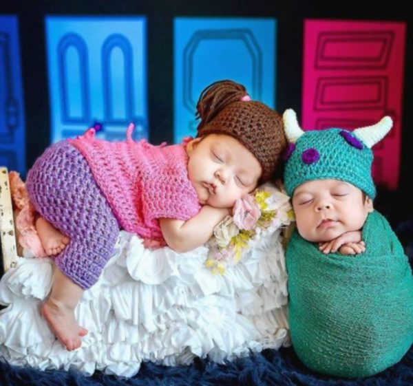 mãe veste bebês de personagens