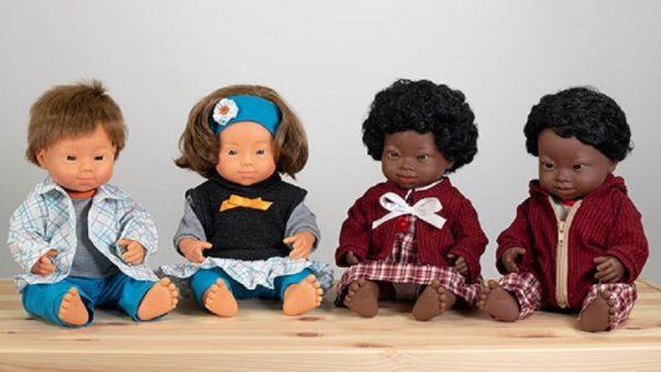 coleção de bonecos com síndrome de down