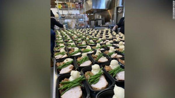 noivos usam buffet de casamento e doam alimento para instituição