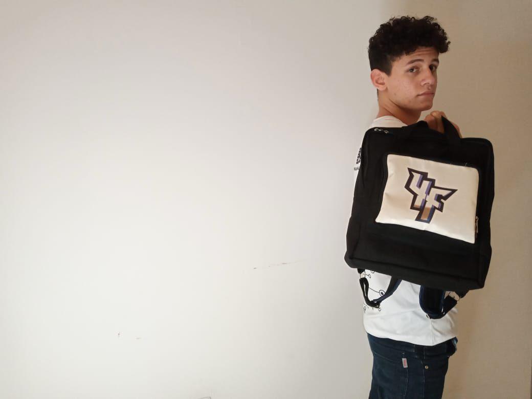 estudante segurando mochila anti-covid 19