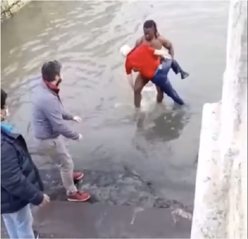 homem salva idoso de afogamento