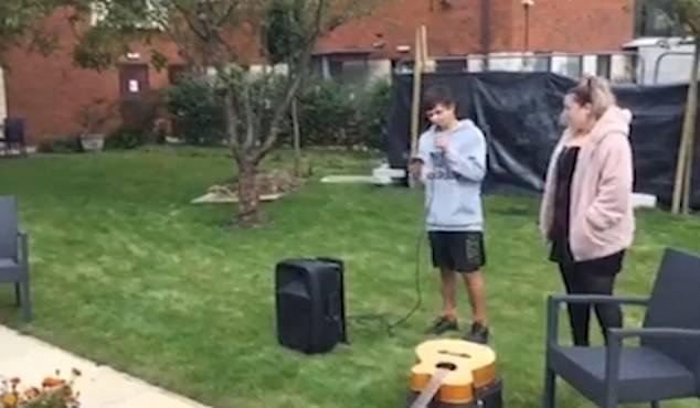 Adolescente de 14 anos canta para a mãe com câncer terminal pela janela do hospital 1