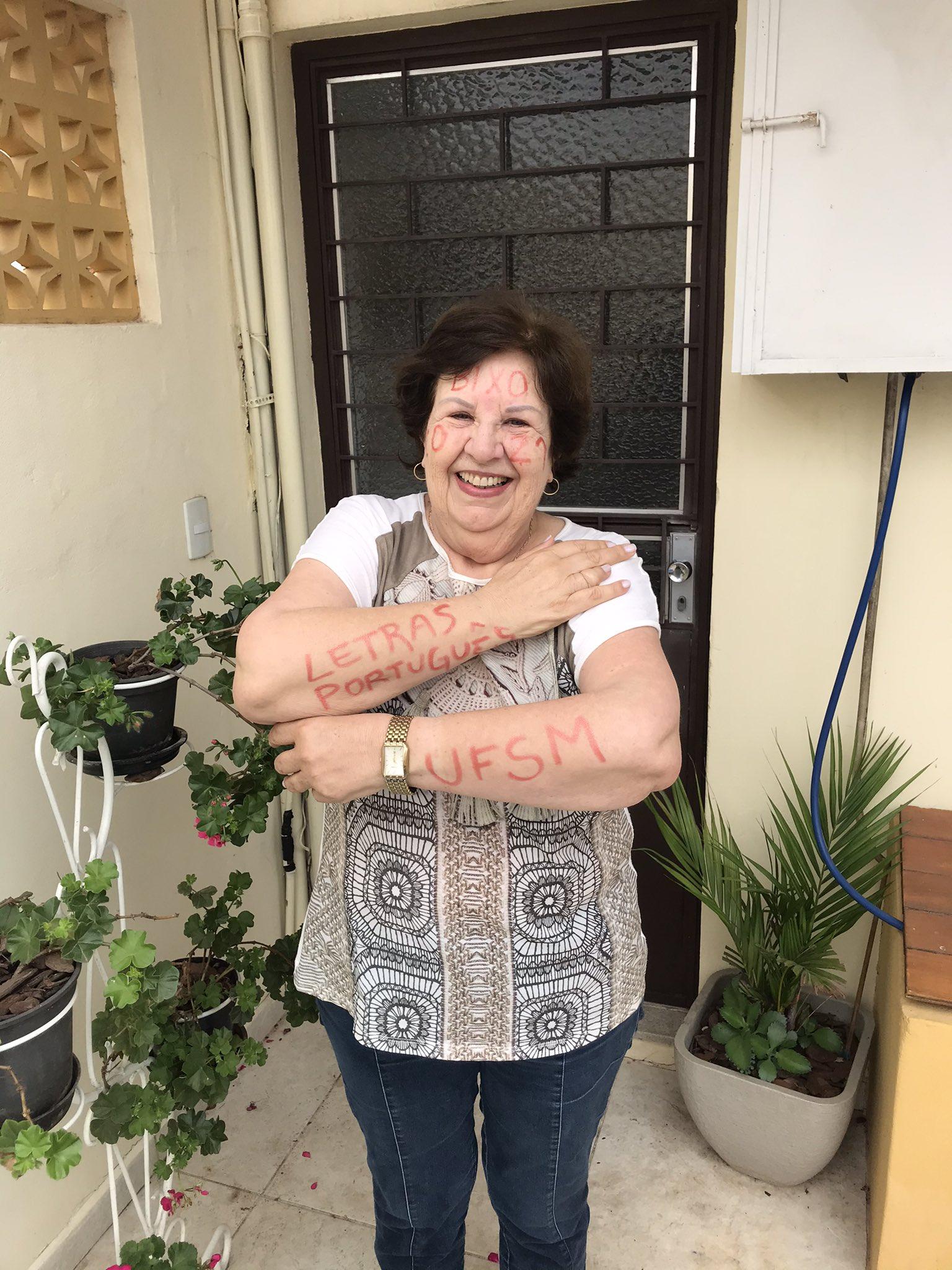 idosa sorrindo braços cara pintada aprovação vestibular