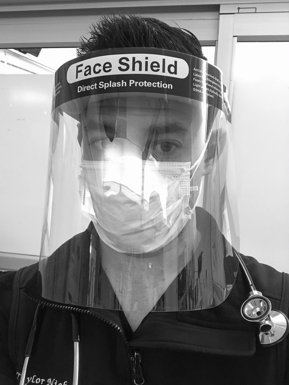 médico usando face shield