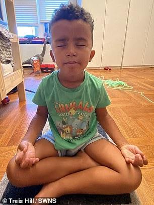 menino faz meditação para arrecadar dinheiro para Natal