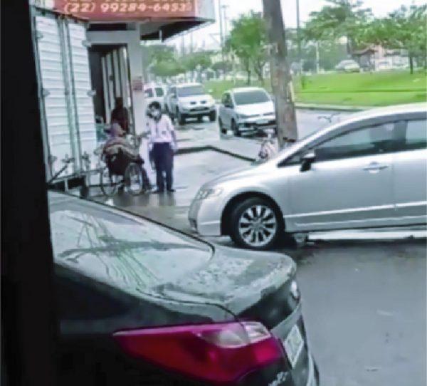 Motorista ajuda passageiro