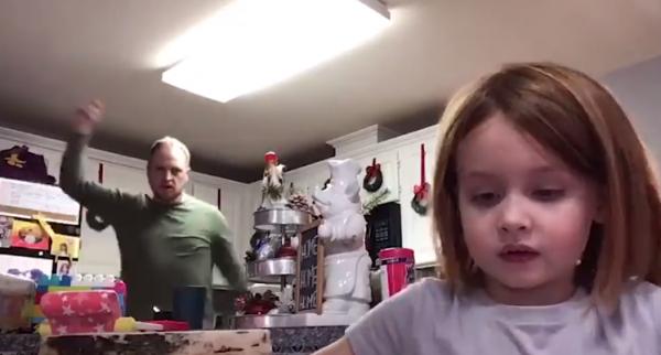 pai dança em vídeo da filha