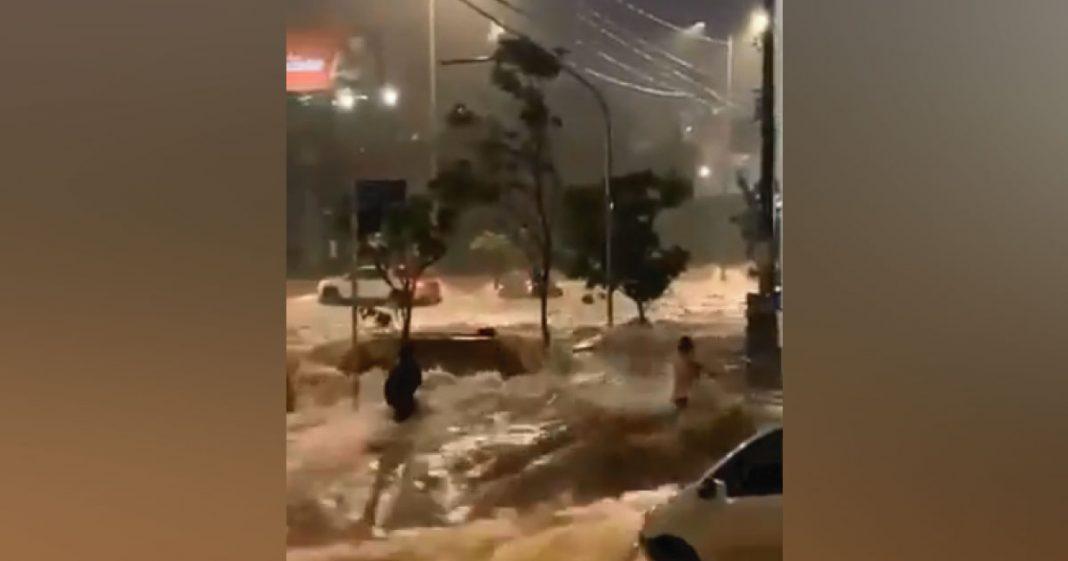 policial salva mulher de enchente