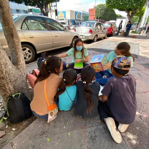 Professora ensina crianças no semáforo