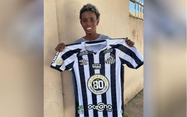 Luiz com a camisa do Santos