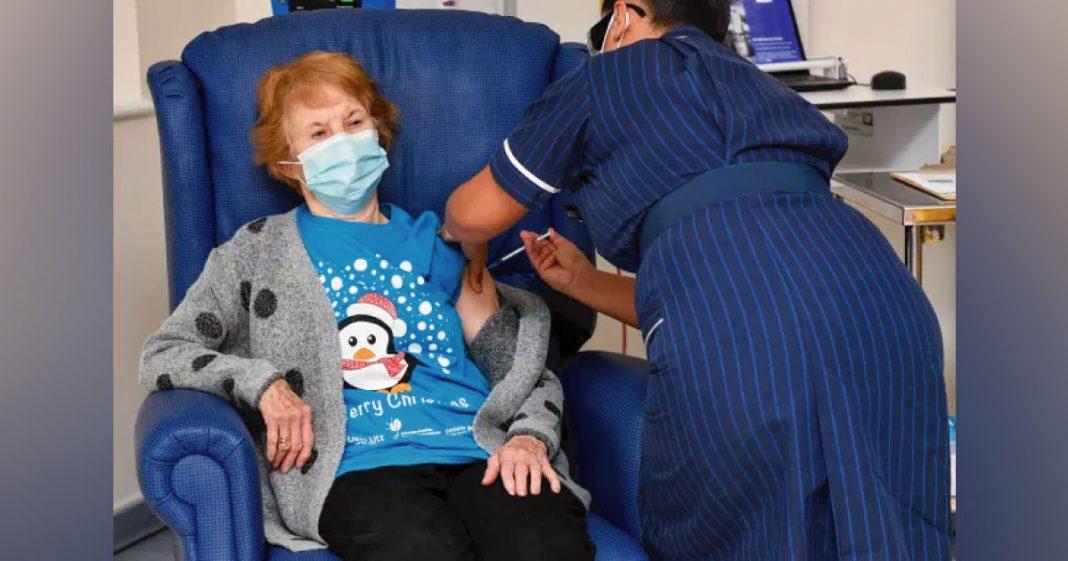 idosa recebe vacina contra covid-19
