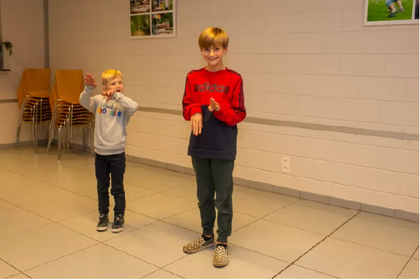 vizinhos aprendem linguagem de sinais para ajudar garoto