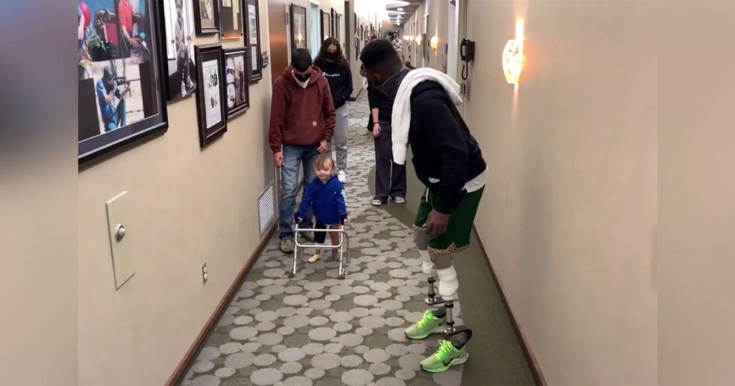 Atleta incentiva garoto a andar com prótese