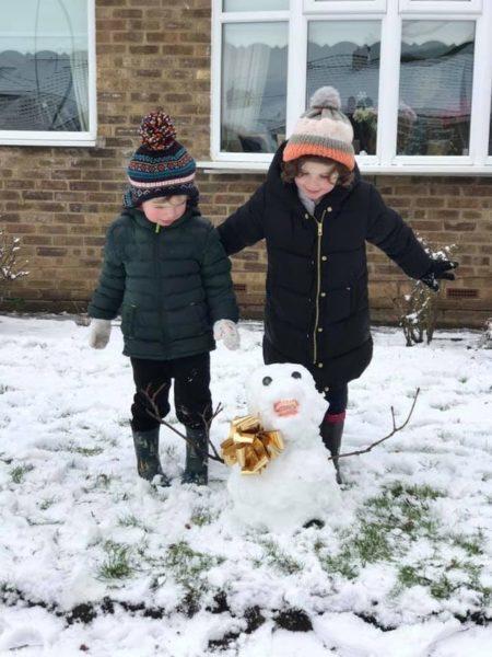 crianças fazem boneco de neve com dentadura da avó