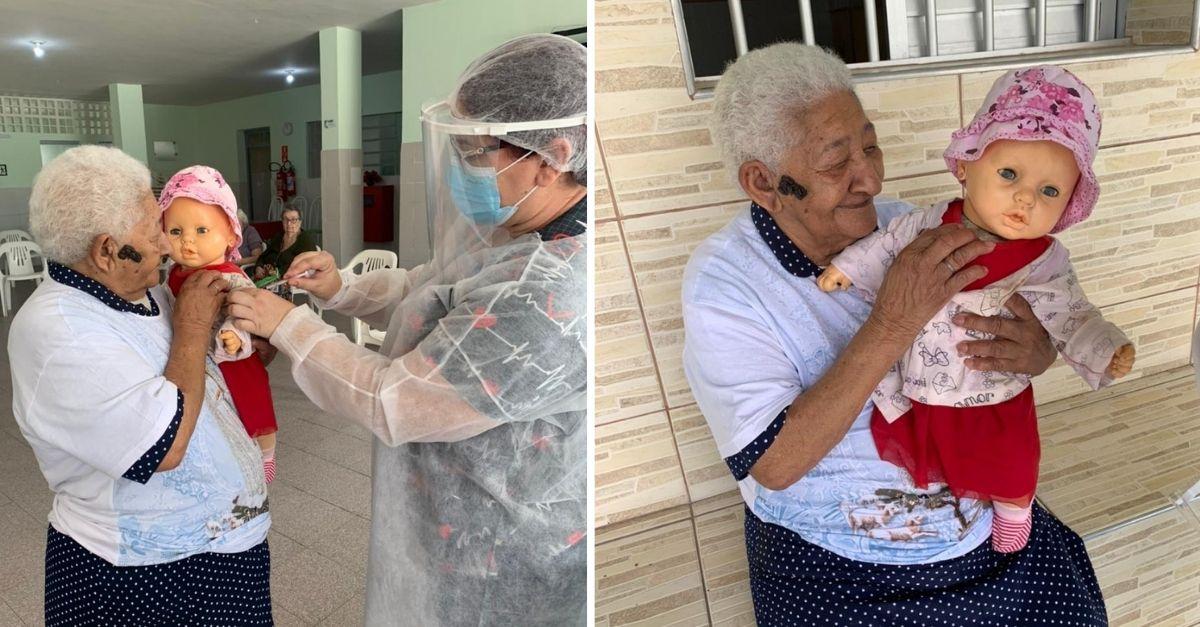 Idosa com boneca nos braços e técnica de enfermagem simulando aplicar vacina na boneca