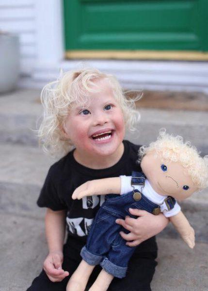 mulher cria bonecos inclusivos para crianças deficientes