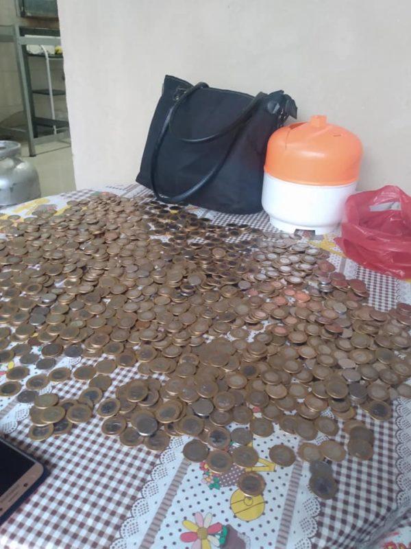 casal junta 1.700 em moeda