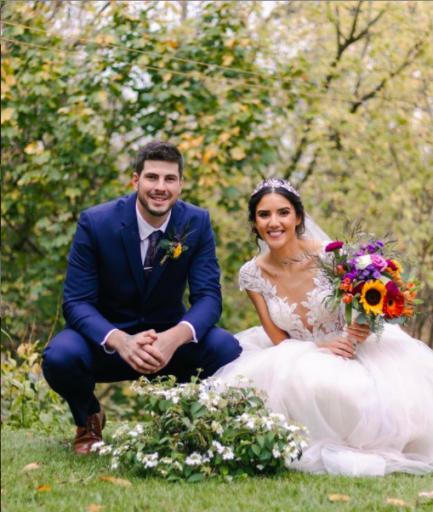 Casal de noivos em parque arborizado
