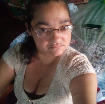 Mulher de óculos sentada na cama