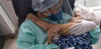enfermeira ninando idosa