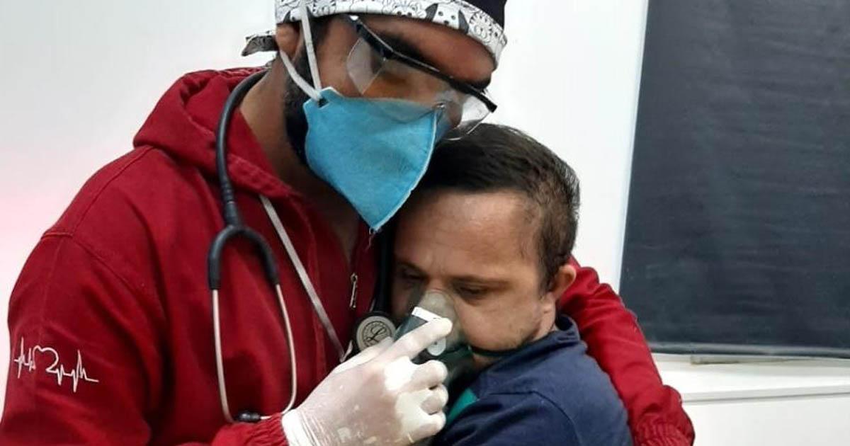 enfermeiro abraça paciente coronavírus dar máscara oxigênio