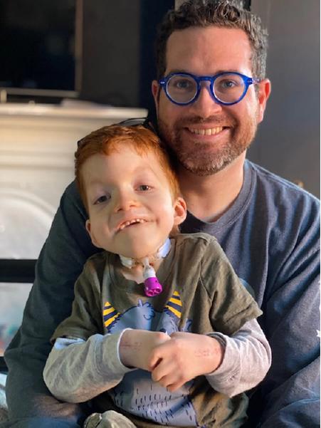 casal adota criança deficiente e celebra
