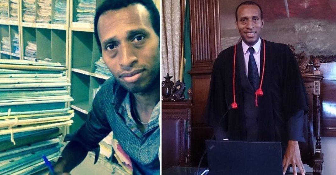Homem sentado em escritório com vários papéis em volta e homem ao lado em tribuna da Justiça usando terno e vestes de advogado