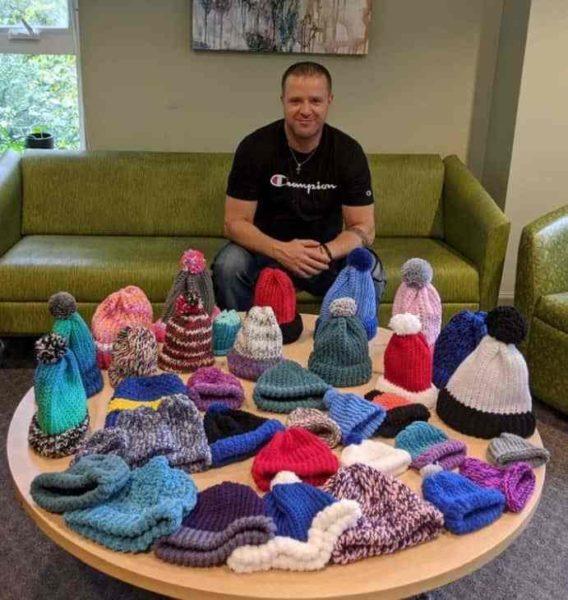 homem cria grupo de tricô para dependentes