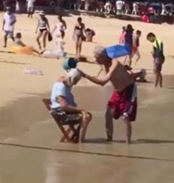 idoso dá banho esposa praia