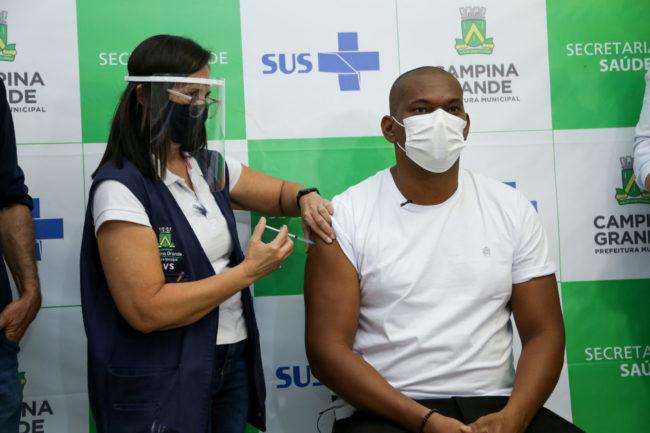 Técnico de enfermagem recebendo vacina