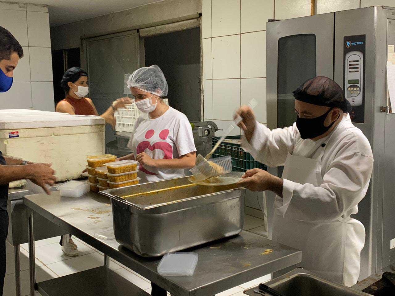 Em vez de usar cupons de desconto, influenciadora doa refeições a moradores de rua e crianças com câncer 2